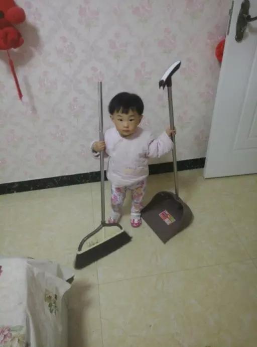母亲节,依依在帮妈妈打扫!
