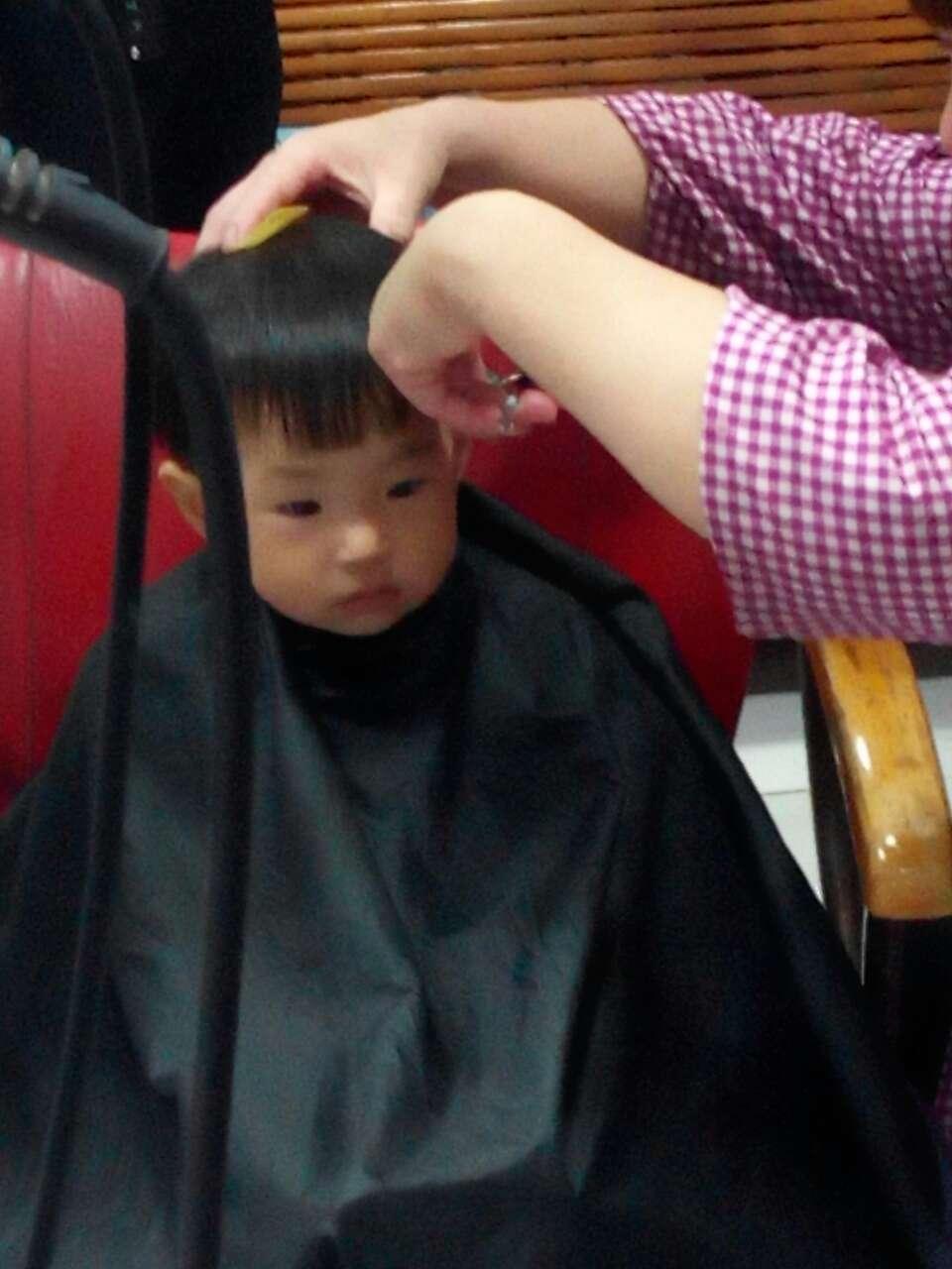 依依在剪发
