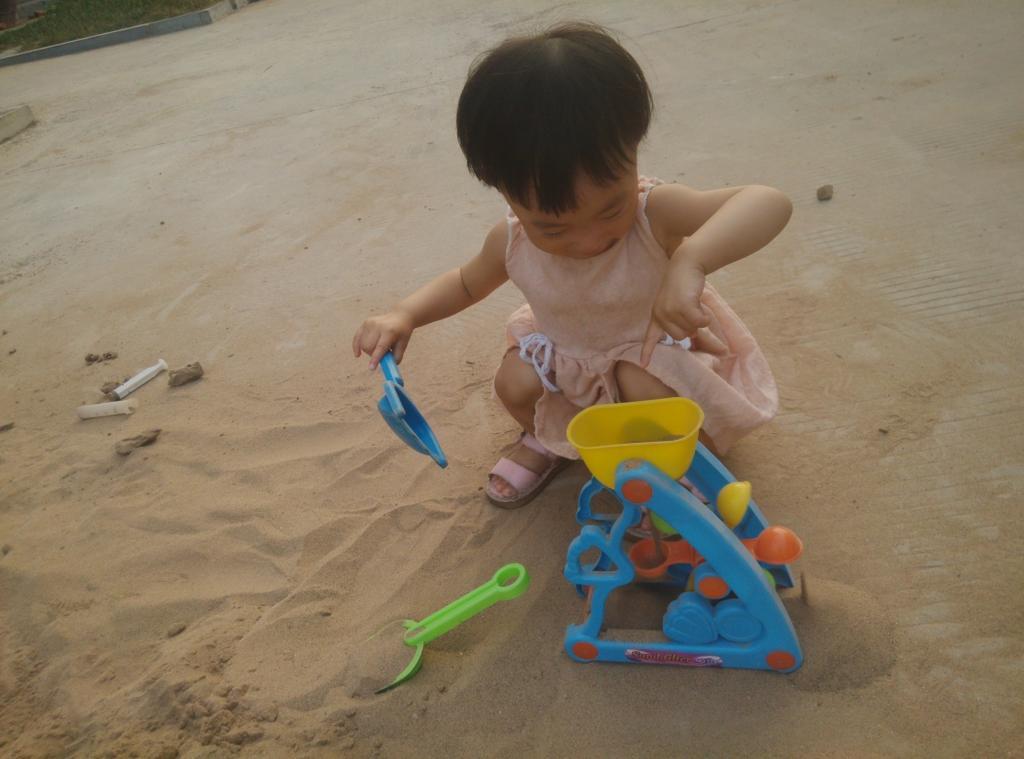依依在玩沙子