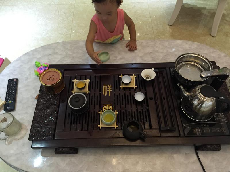 依依在学沏茶