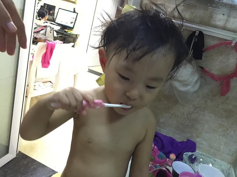 依依学会刷牙了