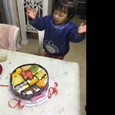 看到蛋糕的依依惊呆了