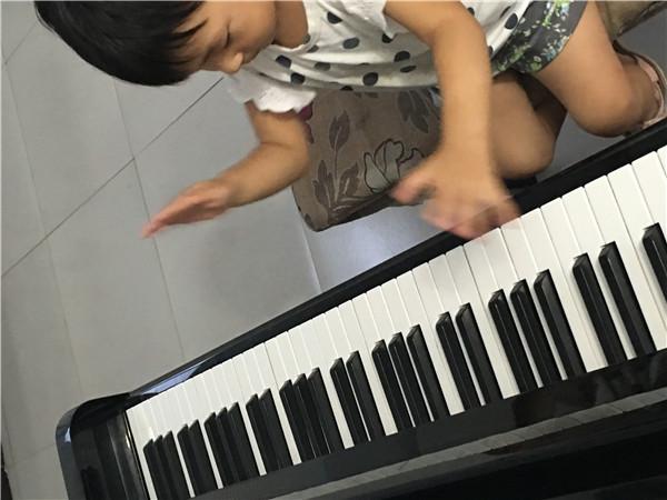 依依在汤阴和声艺术学校学钢琴